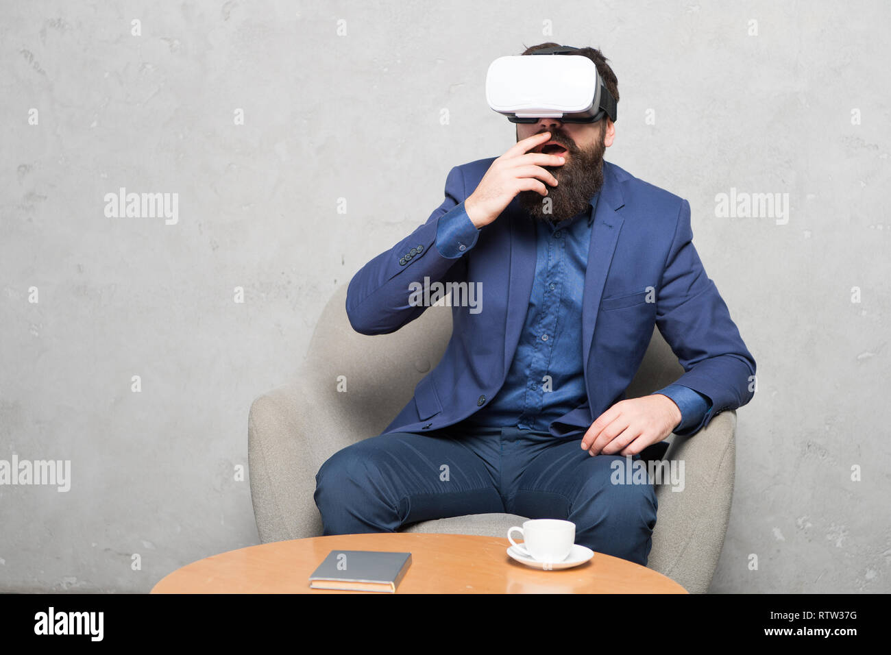 Businessman siéger président porter hmd explorer la réalité virtuelle ou ar. Partenaire d'affaires d'interagir dans la réalité virtuelle. Nouvelle opportunité. Les logiciels modernes pour les entreprises. La mise en œuvre d'une technologie moderne. Photo Stock