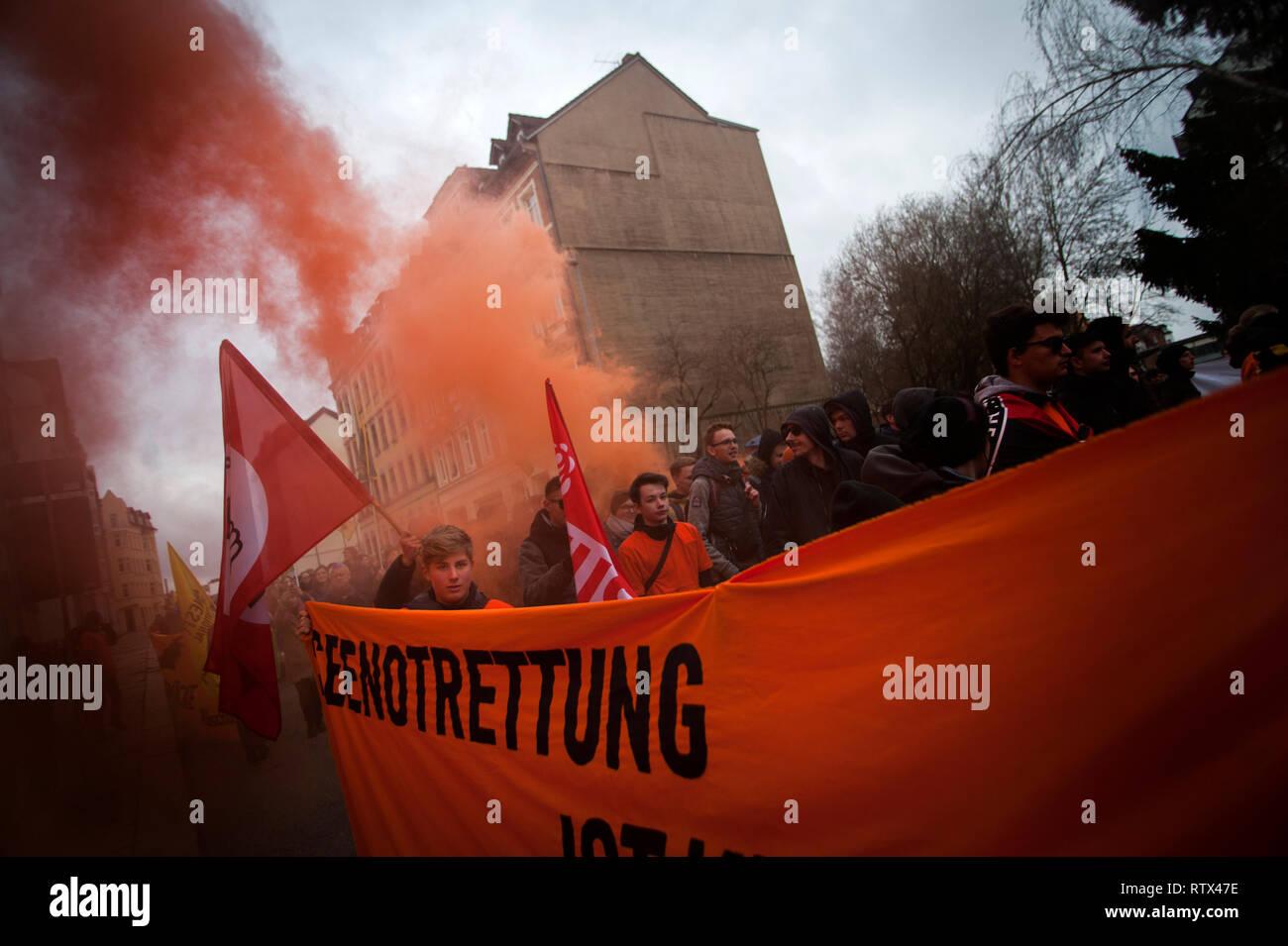 Bloc d'Orange contre le racisme et la lutte contre le fascisme mars à Chemnitz, Saxe, Allemagne. Photo Stock