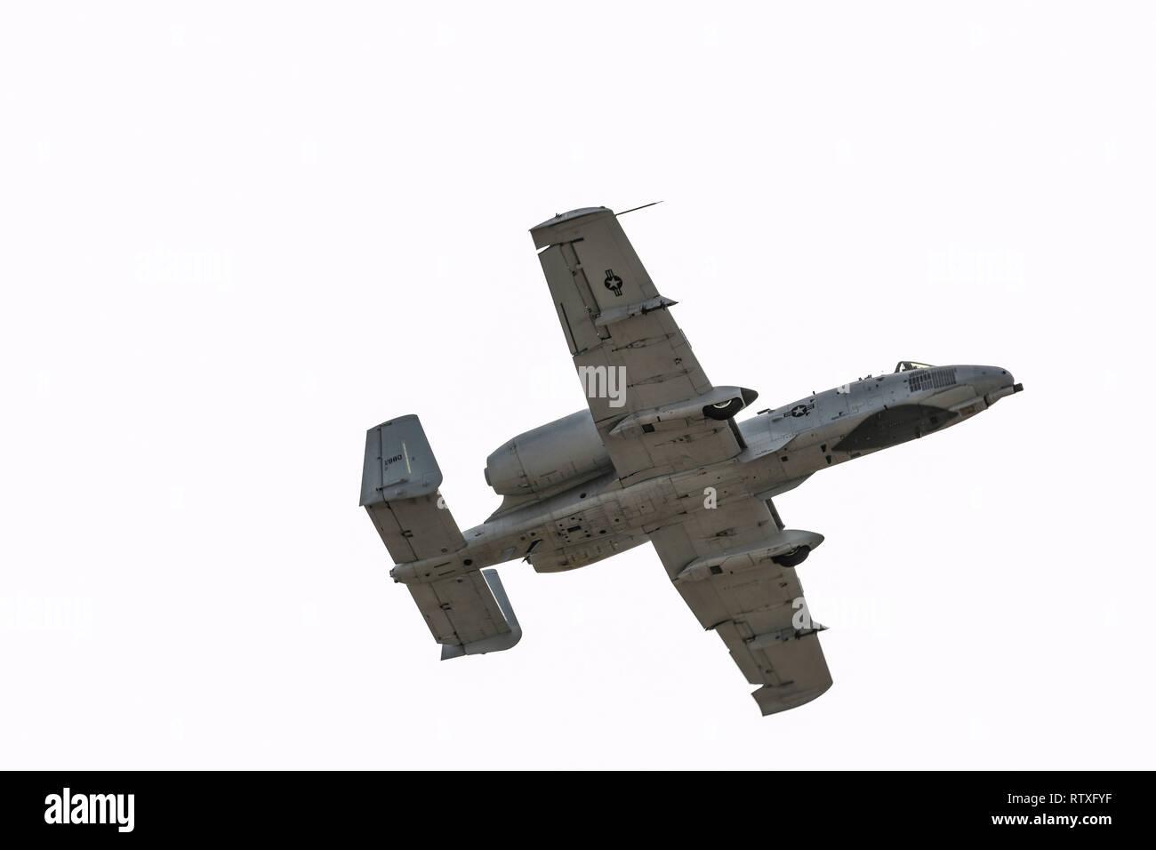 La U.S. Air Force A-10 Thunderbolt II simule un mitraillage exécuter pendant le vol du patrimoine 2019 Cours de formation et de certification à la base aérienne Davis-Monthan Air Force Base en Arizona, 1 er mars 2019. L'avion moderne qui ont participé au CCCPP étaient le F-35 Lightning II, le F-22 Raptor, le F-16 Fighting Falcon et le A-10 Thunderbolt C II. L'avion historique inclus le P-51 et T-51 Mustang, le P-40 Warhawk, le P-38 Lightning, le P-47 Thunderbolt et le F-86 Sabre. (U.S. Photo de l'Armée de l'air par la Haute Airman Giovanni Sims) Banque D'Images