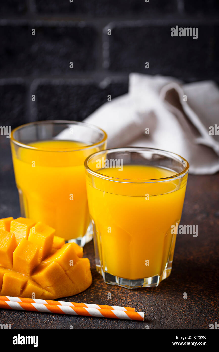 Jus de mangue fraîche sur fond sombre Banque D'Images