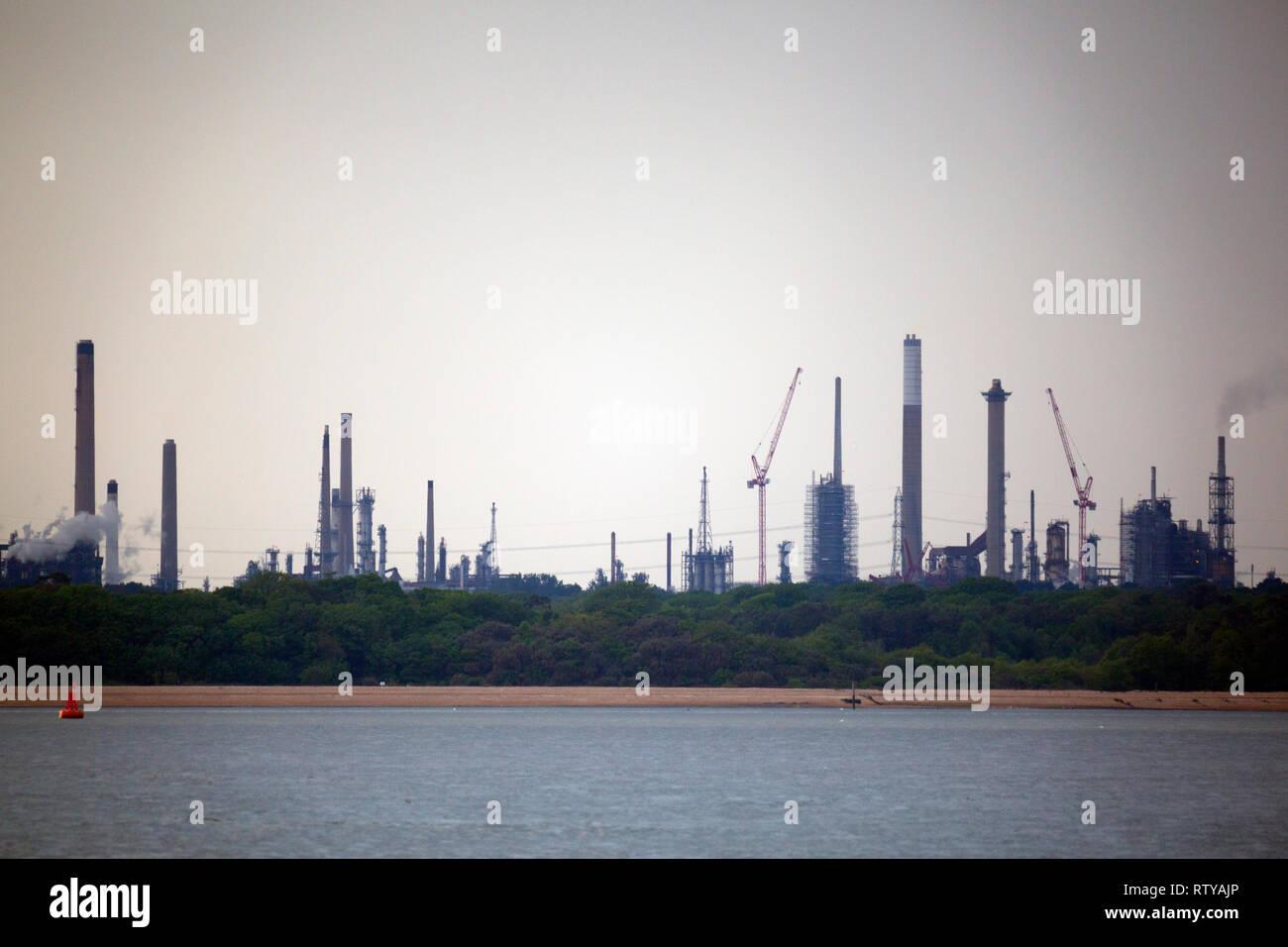 Le Solent, huile de Fawley, fissuration de la raffinerie,tours,cheminée,grues,cheminées,flammes, New Forest, Hampshire, Île de Wight, Angleterre, Royaume-Uni, silhouette, Photo Stock