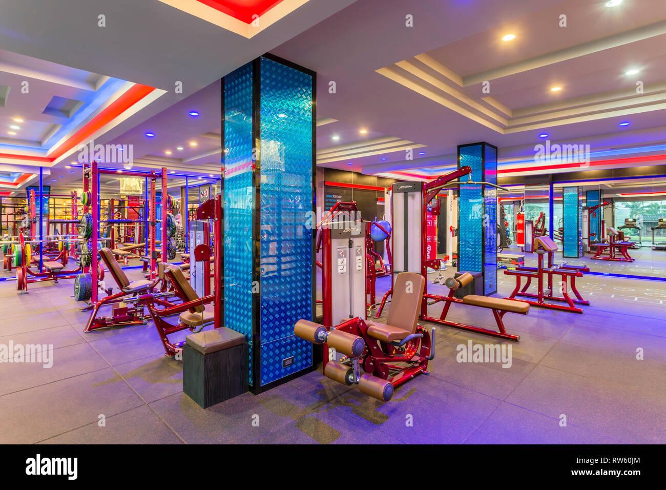 Club de remise en forme de vie GM prix intérieur rempli d'appareils de fitness et machine d'exercice à Krabi, Thaïlande. Photo Stock