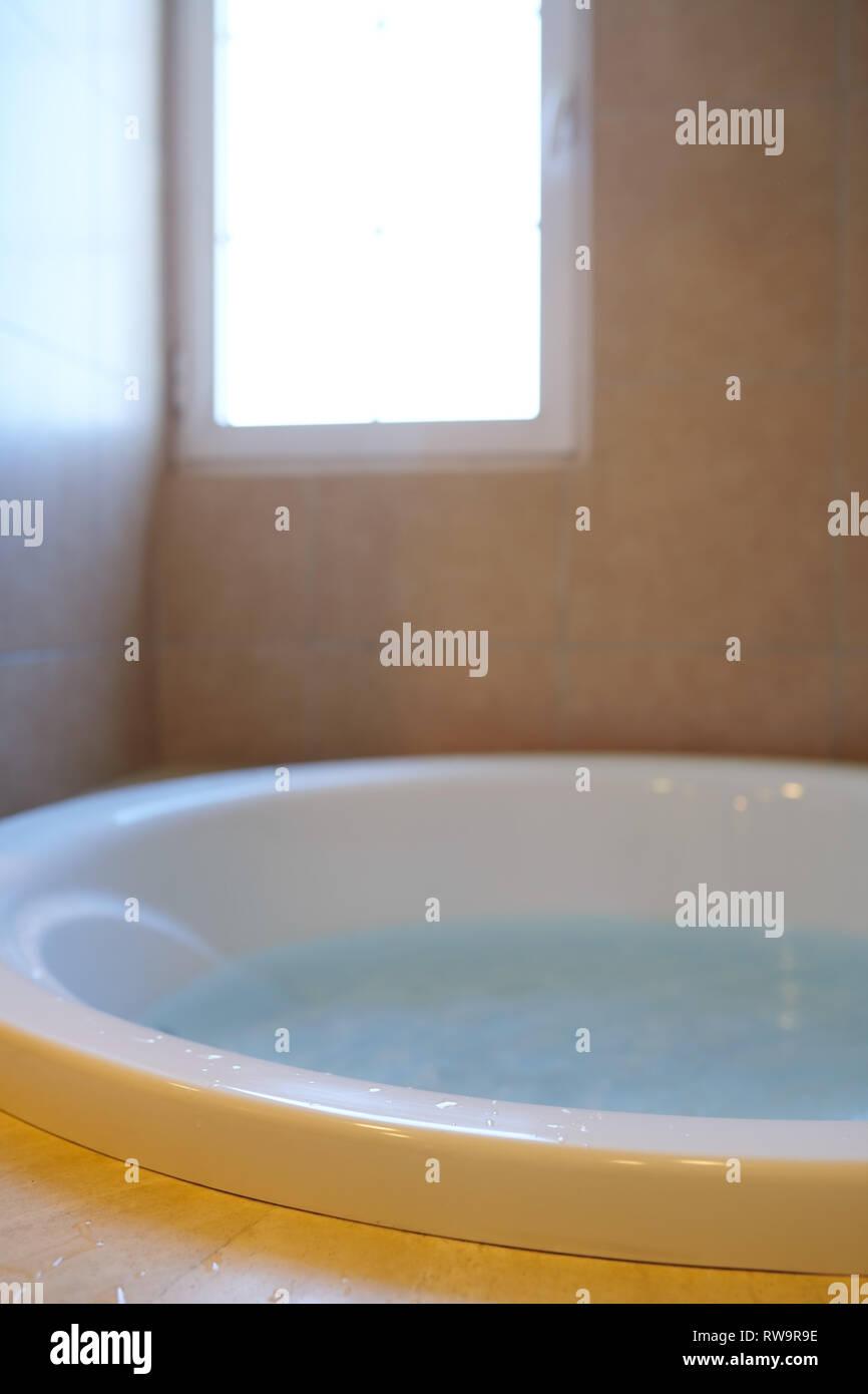 Salle de bains moderne avec baignoire pleine d\'eau Banque D\'Images ...