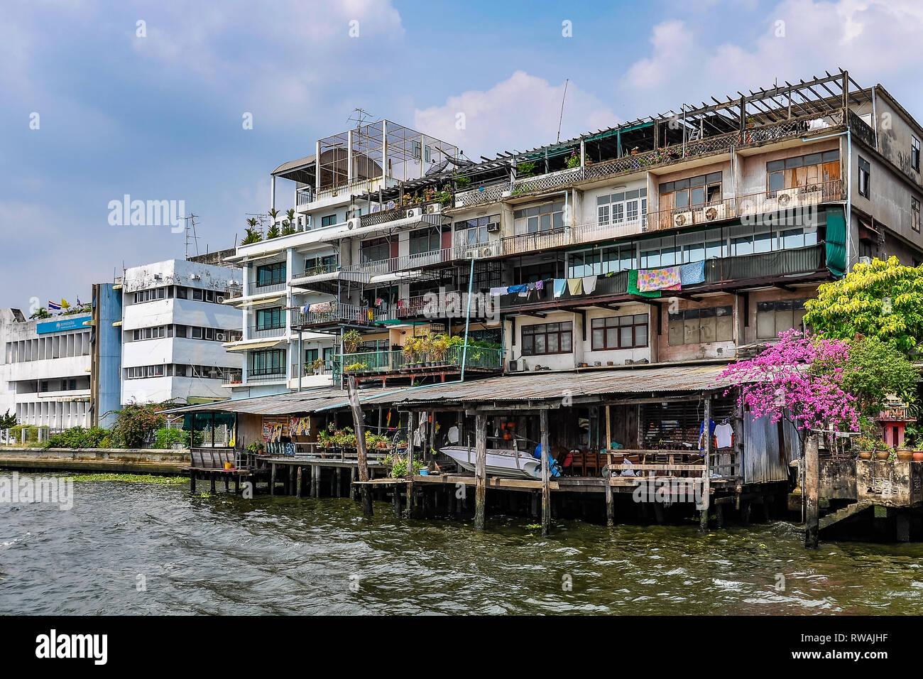 Dans les bâtiments au bord de la rivière Chao Praya, à Bangkok en Thaïlande Banque D'Images