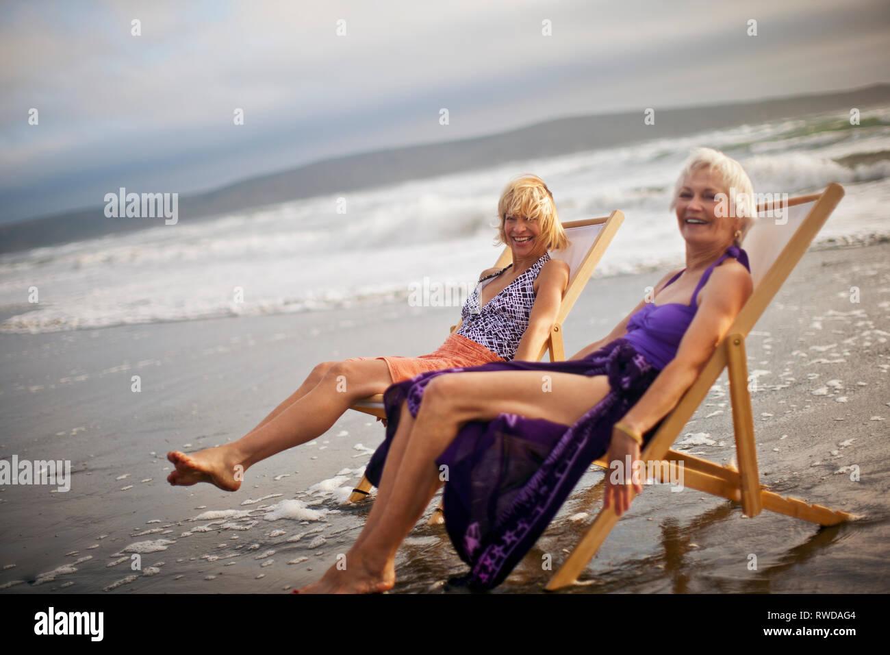 blonde matures sur chaises longues