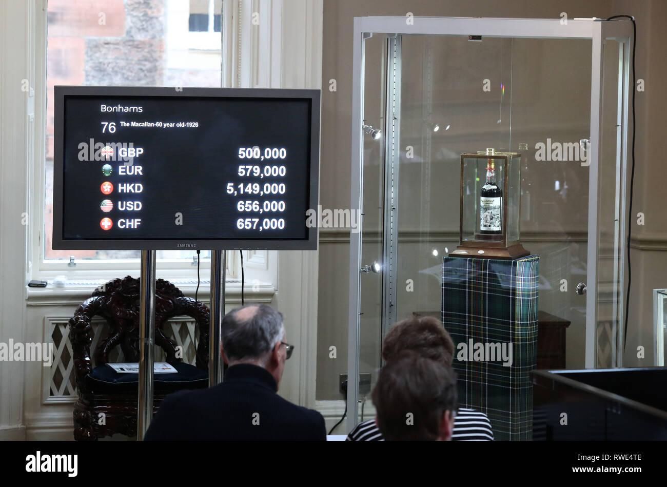 Une vue générale de la 60-year-old whisky Macallan, avec une rare étiquette de Sir Peter Blake, qui a vendu pour 615 063 pour £à la vente aux enchères Bonhams à Édimbourg. Photo Stock