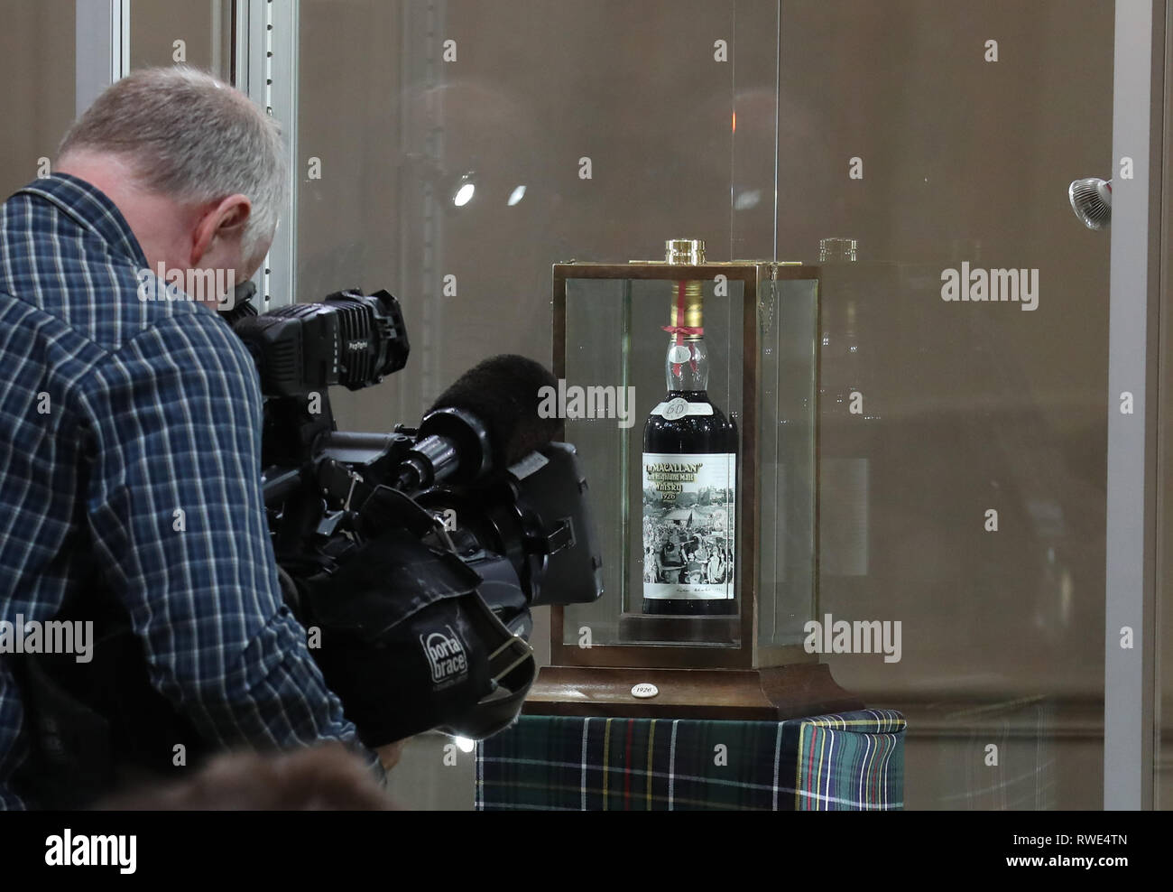 Le 60-year-old whisky Macallan, avec une rare étiquette de Sir Peter Blake, qui a vendu pour 615 063 pour £à la vente aux enchères Bonhams à Édimbourg. Photo Stock