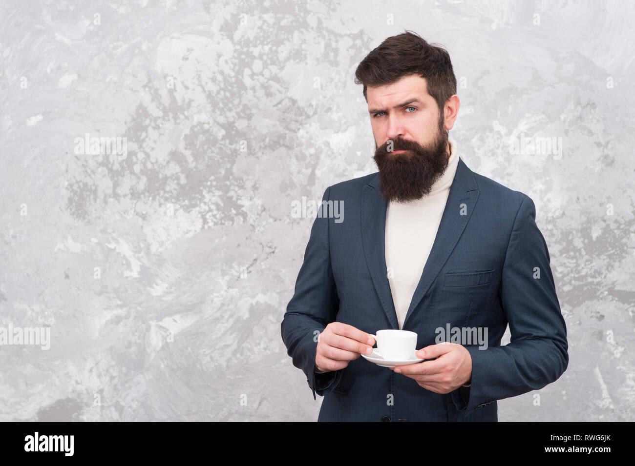 Le café de spécialité. homme barbu beau businessman tenir tasse de