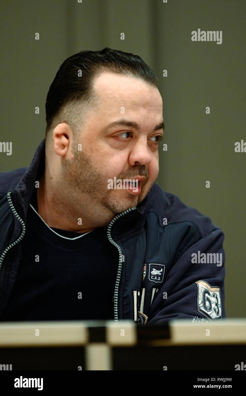 Oldenburg, Allemagne. 07Th Mar, 2019. Niels Högel, accusé du meurtre de 100 patients, est assis dans la salle d'audience au jour de procès. L'ex-infirmière, qui a déjà été condamné à la prison à vie pour deux meurtres en 2015, entre autres choses, a été le procès de nouveau depuis la fin du mois d'octobre 2018. Credit: Mohssen Assanimoghaddam/dpa/Alamy Live News Banque D'Images