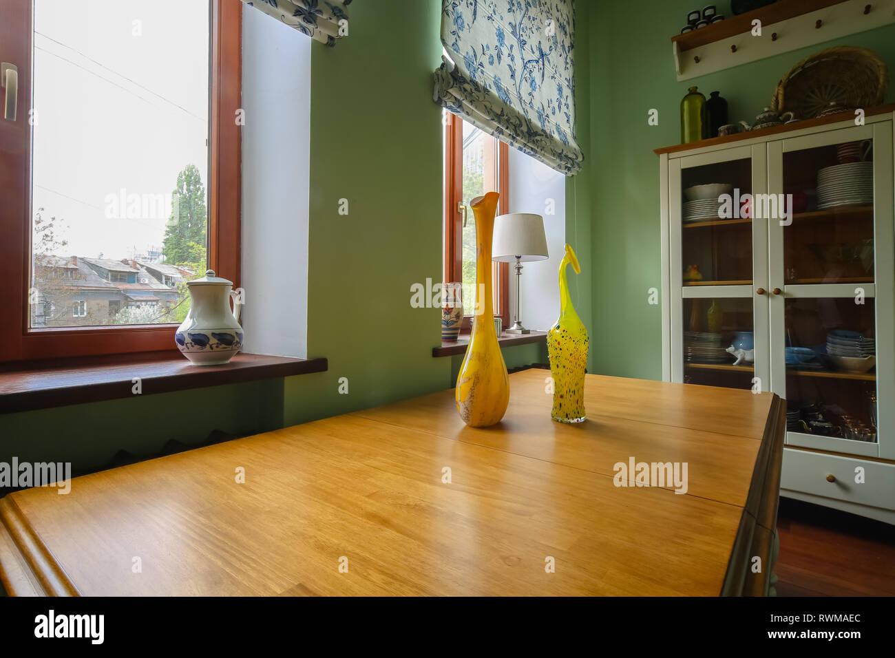 Belle décoration moderne dans la cuisine avec des fleurs et des