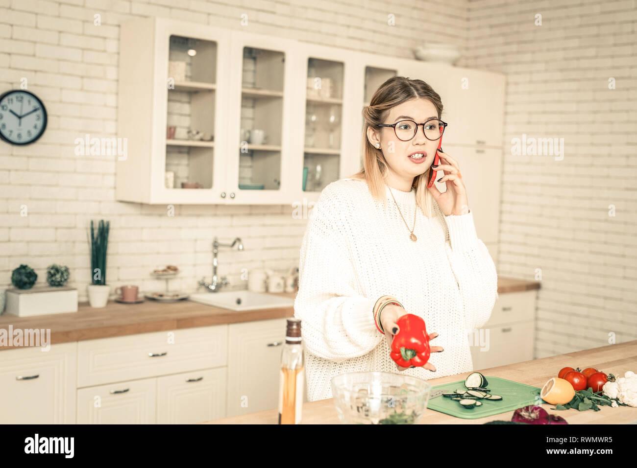 Curieux bavard woman having conversation via smartphone Photo Stock