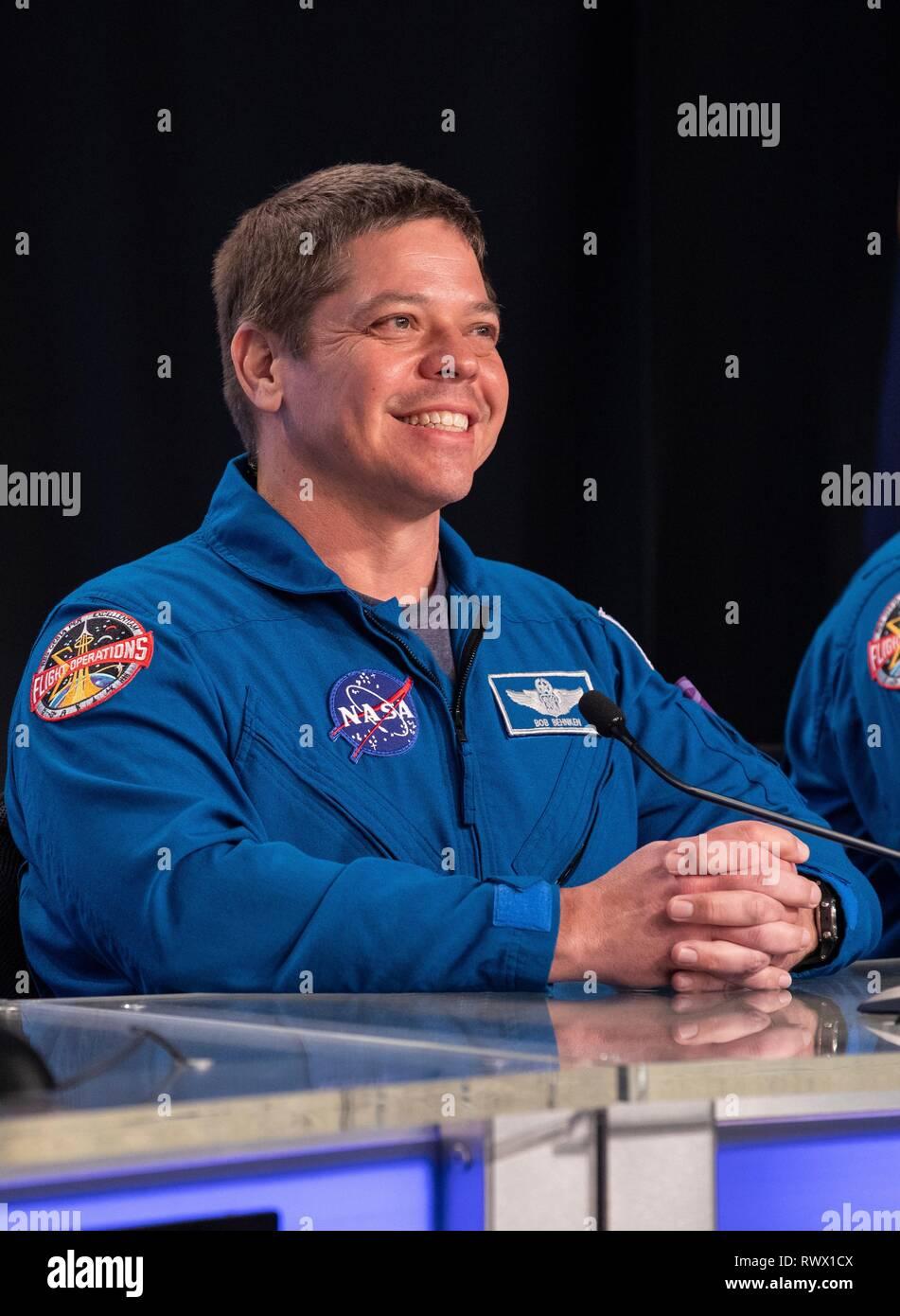 L'astronaute de la NASA Bob Behnken s'adresse aux membres des médias au cours d'une conférence de presse à la suite du lancement d'après le lancement historique de la première capsule de l'équipage commercial Demo-1 au Centre spatial Kennedy le 2 mars 2019 à Cape Canaveral, en Floride. Photo Stock