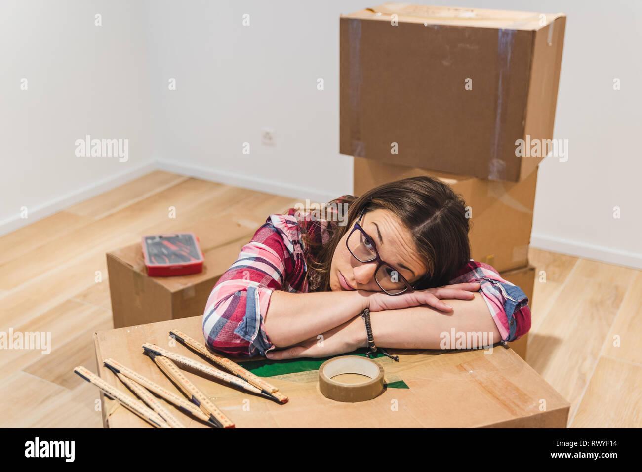 Sad girl entouré par des zones au cours d'un déménagement Photo Stock