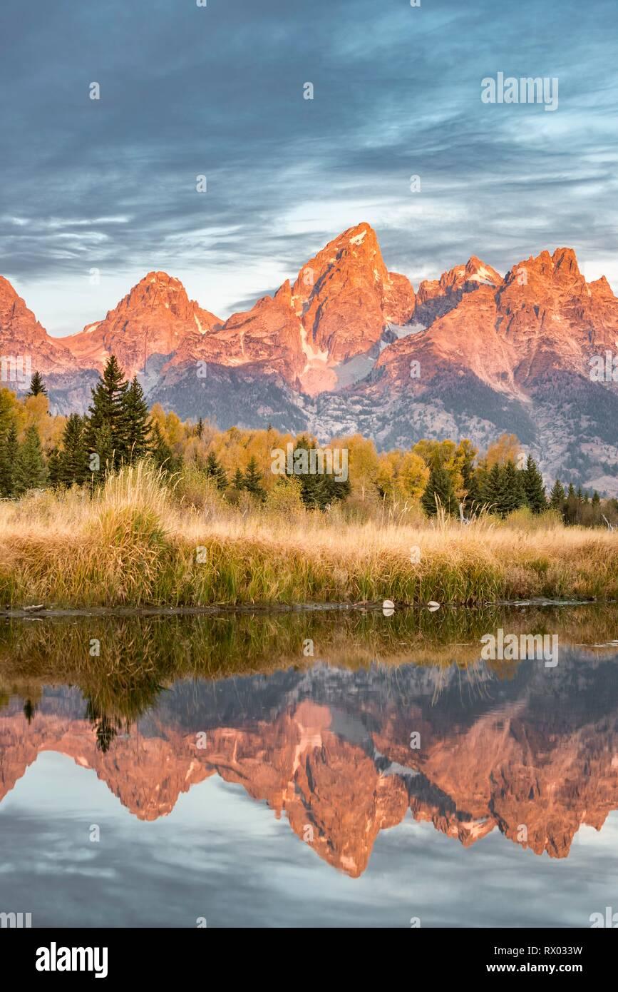 Montagne rouge au lever du soleil, le Grand Teton Range gamme de montagne reflète dans la rivière, paysage d'automne sur la rivière Snake Photo Stock