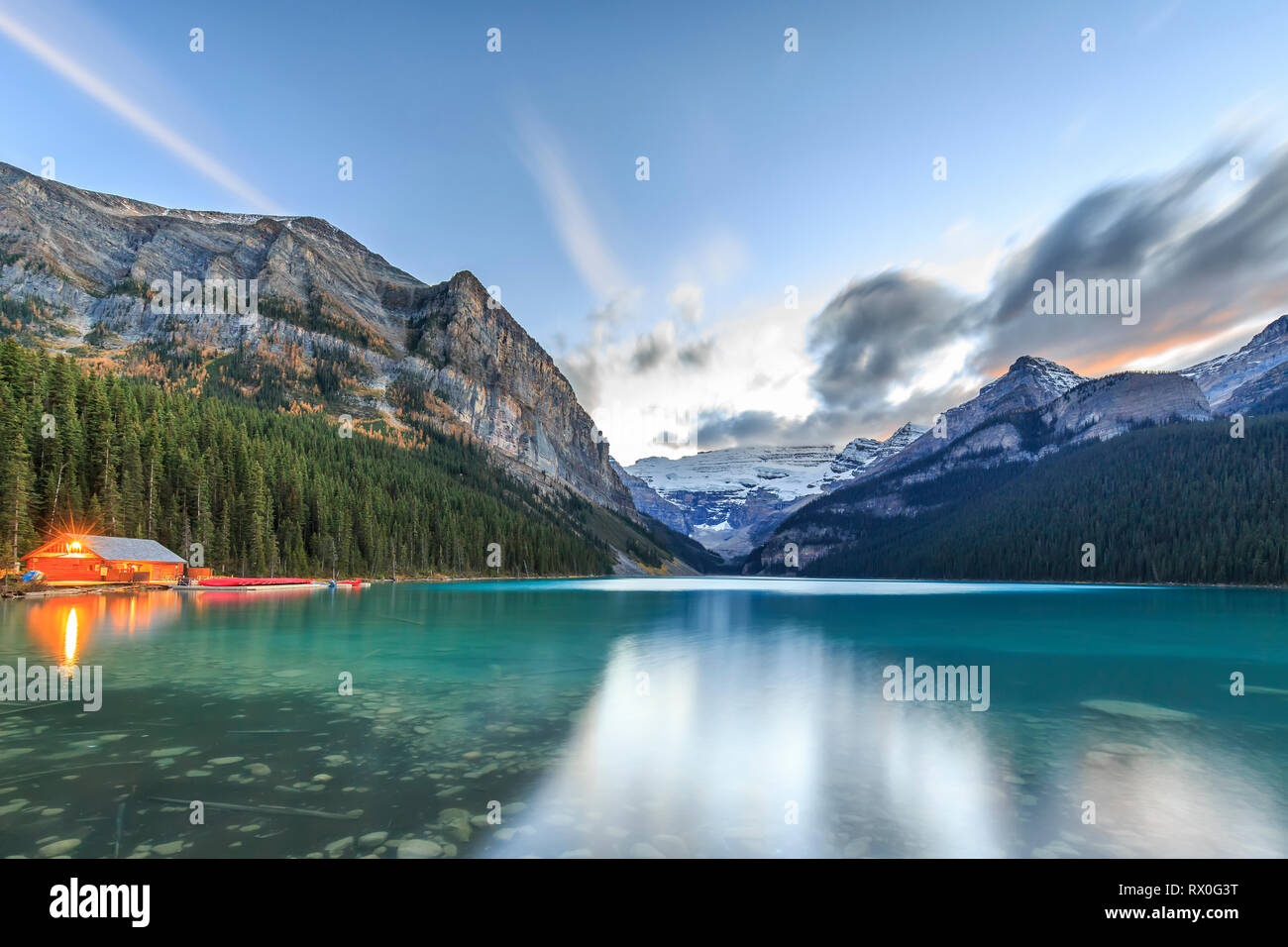 Au coucher du soleil à Lake Louise, Banff National Park, Alberta, Canada. Photo Stock