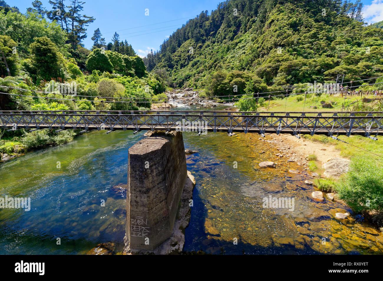 Un vieux pont suspendu qui traverse la gorge de Karangahake Photo Stock