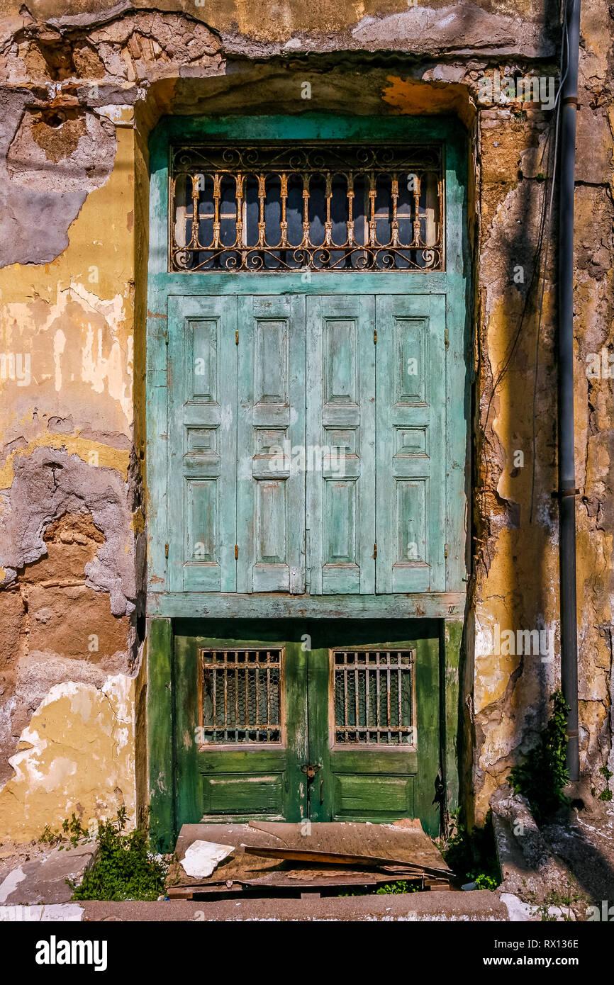 PYRGOS, la Grèce, l'ancienne porte de maison abandonnée, dans la ville de Pyrgos, l'ILEIA préfecture, Péloponnèse, Grèce. Photo Stock