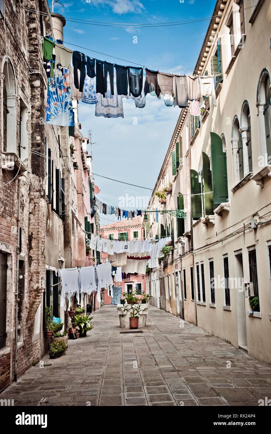 La pendaison de blanchisserie dans une ruelle de Venise, Italie Banque D'Images