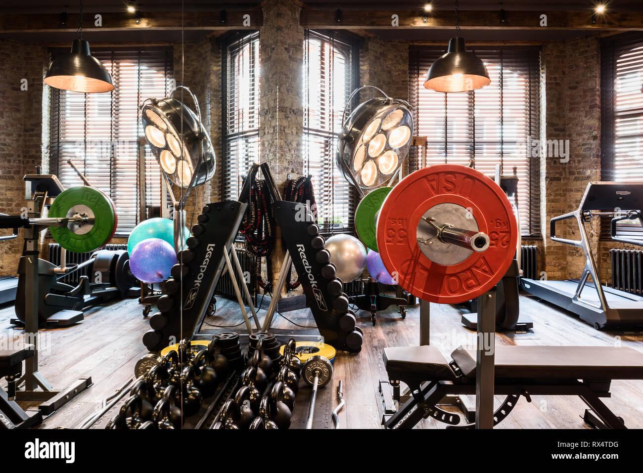 L'équipement d'exercice dans la salle de sport rustique Photo Stock