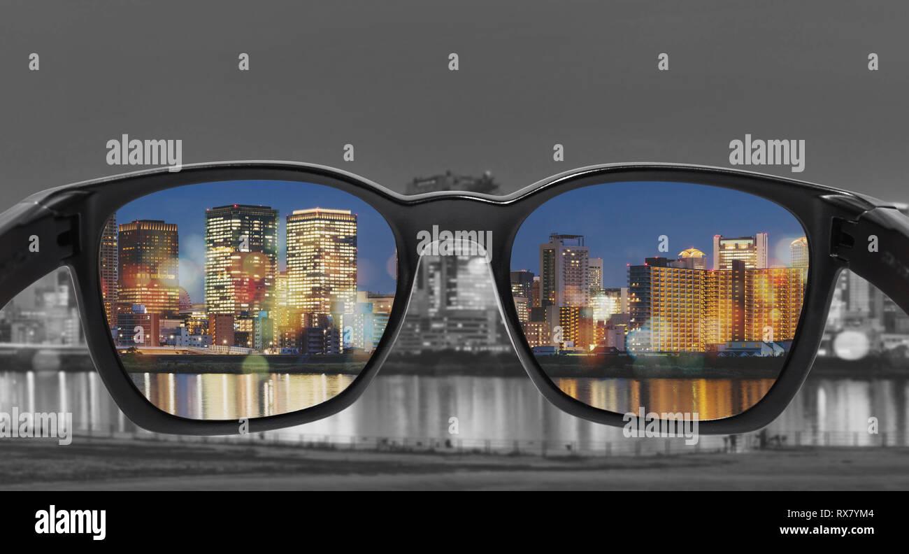 Lunettes avec vue sur la ville, certains se concentrer sur l'objectif, l'achromatopsie lunettes, Smart technologie du verre Banque D'Images