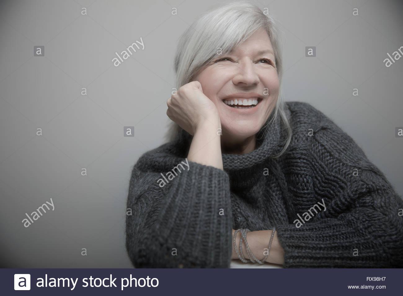 Happy senior woman avec les cheveux gris en sweater Photo Stock