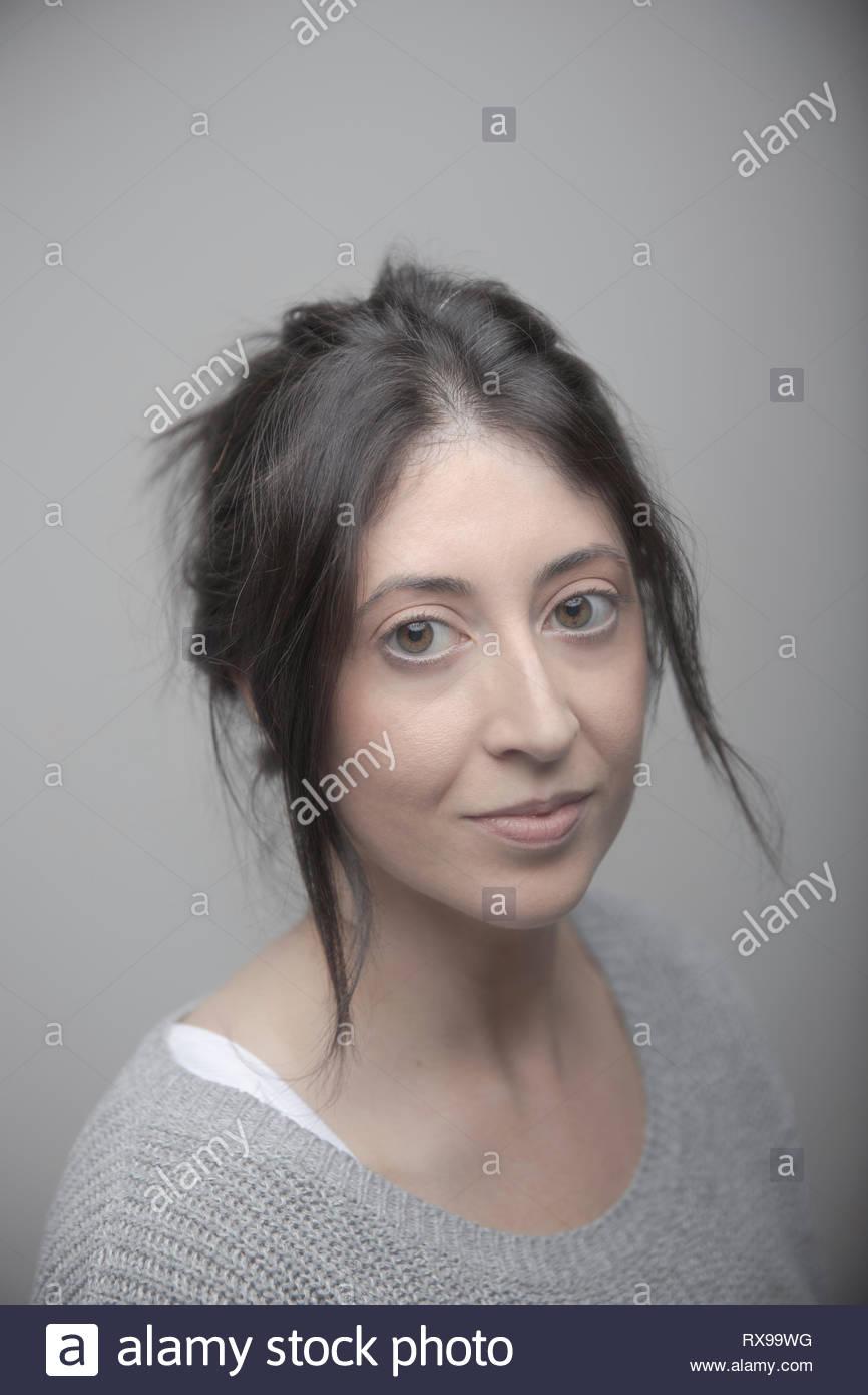 Portrait confiant beautiful brunette woman avec les yeux bruns Photo Stock