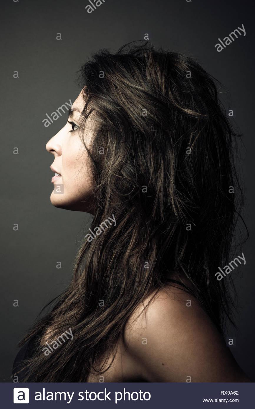 Portrait de profil confiant belle jeune femme latina avec de longs cheveux bruns Photo Stock