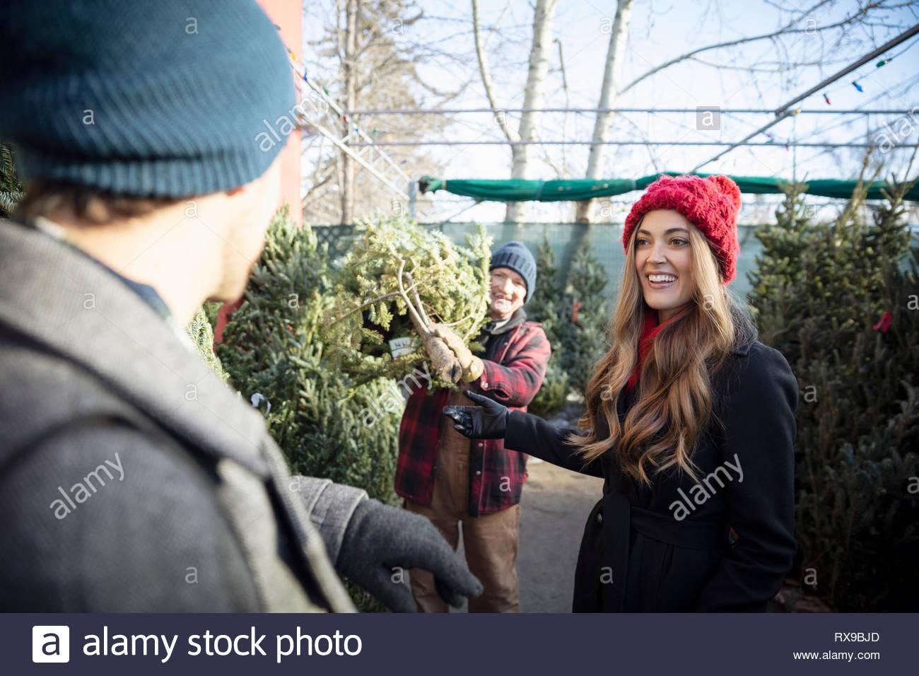 Couple heureux choix d'arbre de Noël Marché de Noël Photo Stock