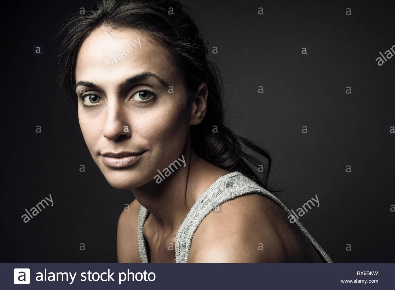 Portrait confiant belle jeune femme brune Photo Stock