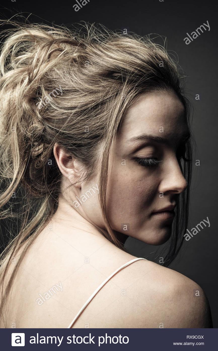 Serene belle jeune femme aux cheveux blonds Photo Stock