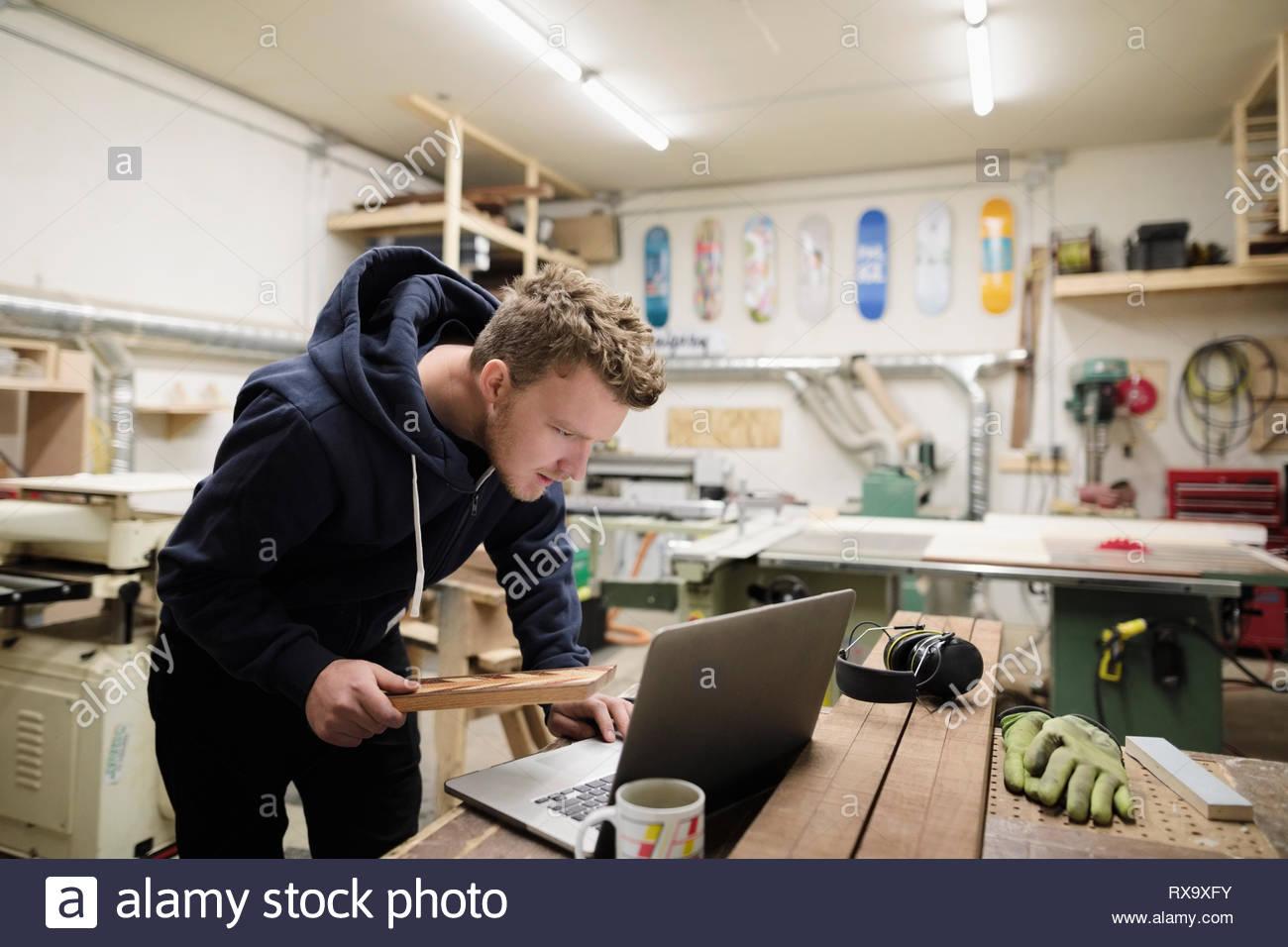 Travail de l'artiste masculin à l'ordinateur portable en atelier Photo Stock