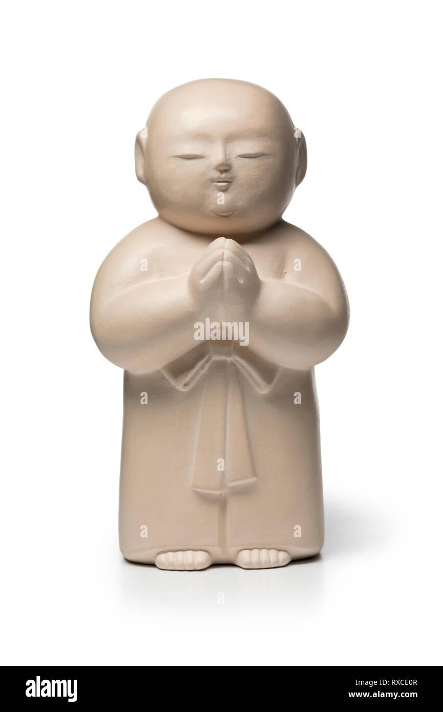 Pierre blanche traditionnelle Jizo sculpté isolé sur fond blanc Banque D'Images