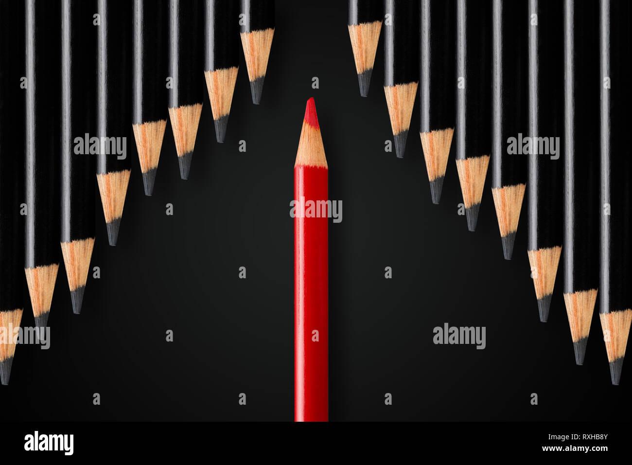 Concept d'affaires de perturbation, de leadership ou de penser différemment; crayon rouge ligne de démarcation des crayons noirs dans le sens opposé; concept minimal Banque D'Images