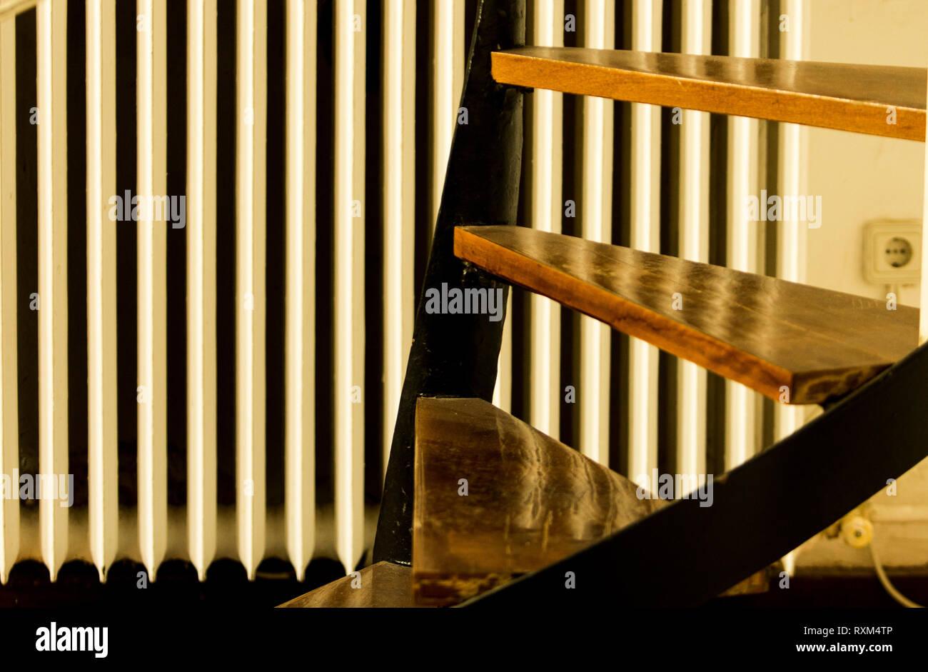 Escaliers escargot fournir une valeur esthétique à l'intérieur. Bois et acier travaillent ensemble pour créer un effet visuel chaud, tandis que l'escargot permet de v Photo Stock