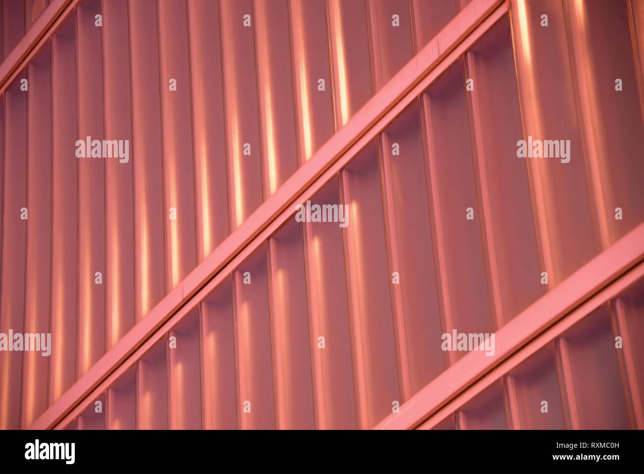 Résumé en détail façade couleur corail vivant de l'année 2019, peachy nuance d'orange. Concept à la mode, l'architecture wallpaper Photo Stock