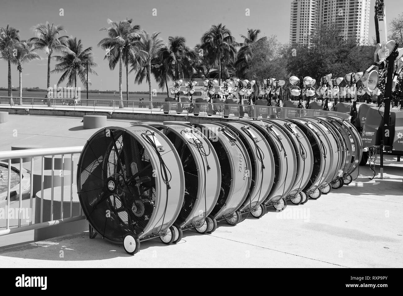Miami, USA - Le 29 février 2016 mobile: ventilateurs industriels équipements ou outils avec blade sur roues au moment de l'exposition ou du salon professionnel extérieur dès les beaux jours sur cityscape Banque D'Images