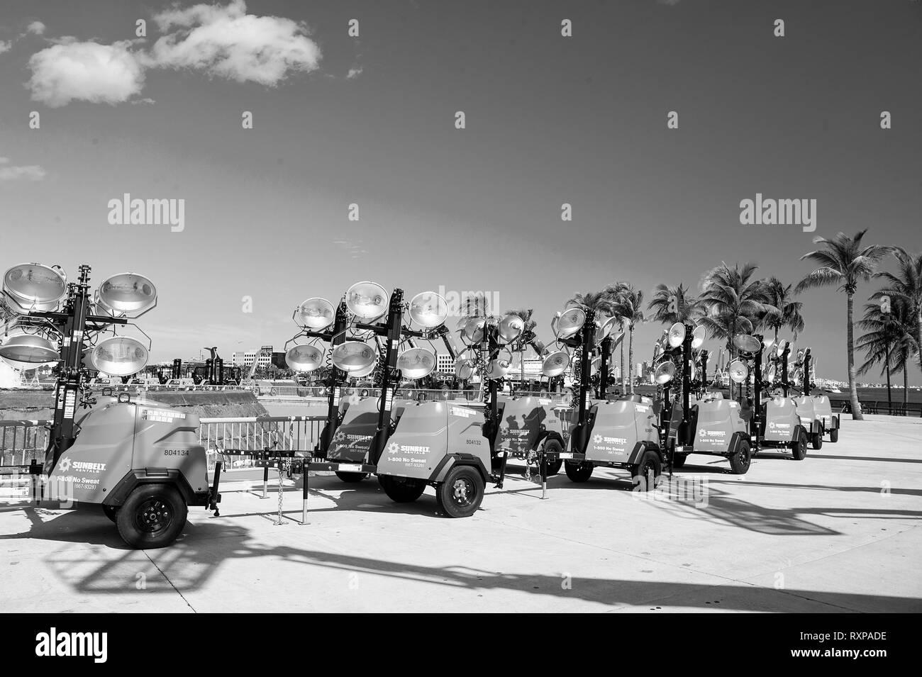 Miami, USA - Le 29 février 2016 mobile: l'équipement industriel ou d'outils pour l'éclairage sur les roues au salon d'exposition ou l'extérieur dès les beaux jours on blue sky Banque D'Images