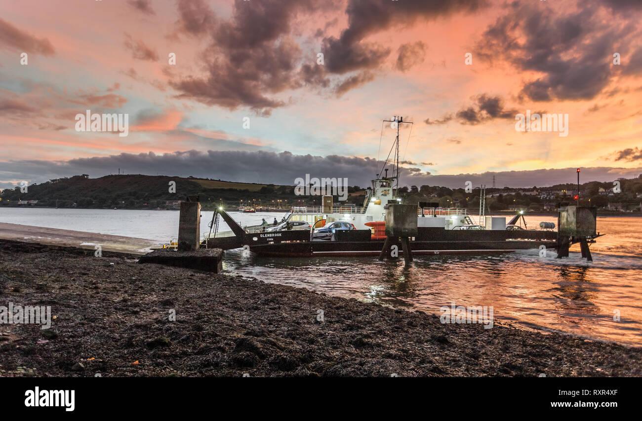 Pacé, Cork, Irlande. 11 octobre, 2016. Ferry Cross River arrive à Pacé avec des voitures qui ont fait le court voyage de Rushbrooke en Co Co. Photo Stock