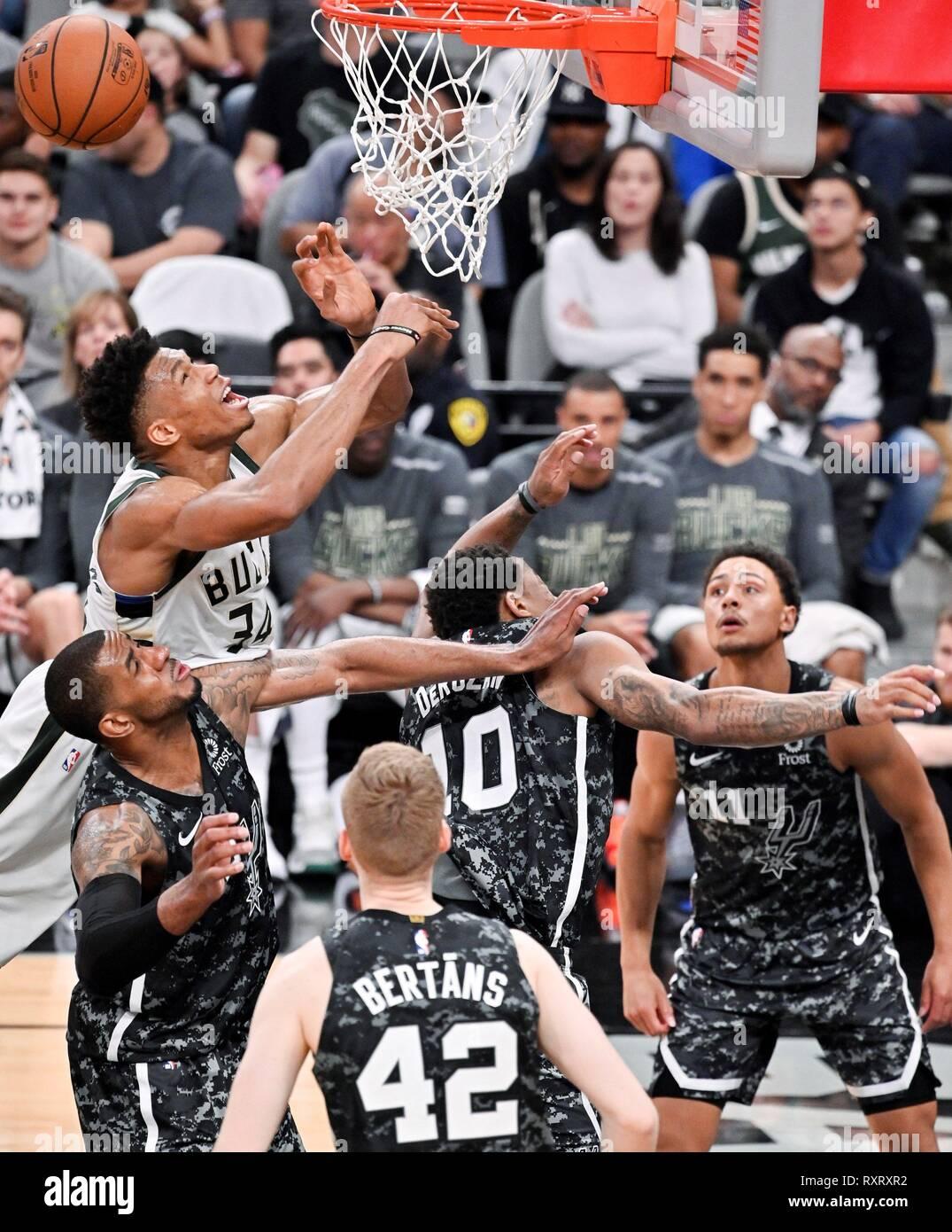 San Antonio, États-Unis. Mar 10, 2019. SAN23 SAN ANTONIO (TEXAS, Etats-Unis), 10/03/2019. Giannis Antetokounmpo - (34) de la Milwaukee Bucks tire sur LaMarcus Aldridge (L) de la San Antonio Spurs pendant un match de basket de la NBA, dimanche, 10 mars, 2019. San Antonio a gagné 121-114. Crédit: DARREN ABATE/EFE/Alamy Live News Photo Stock