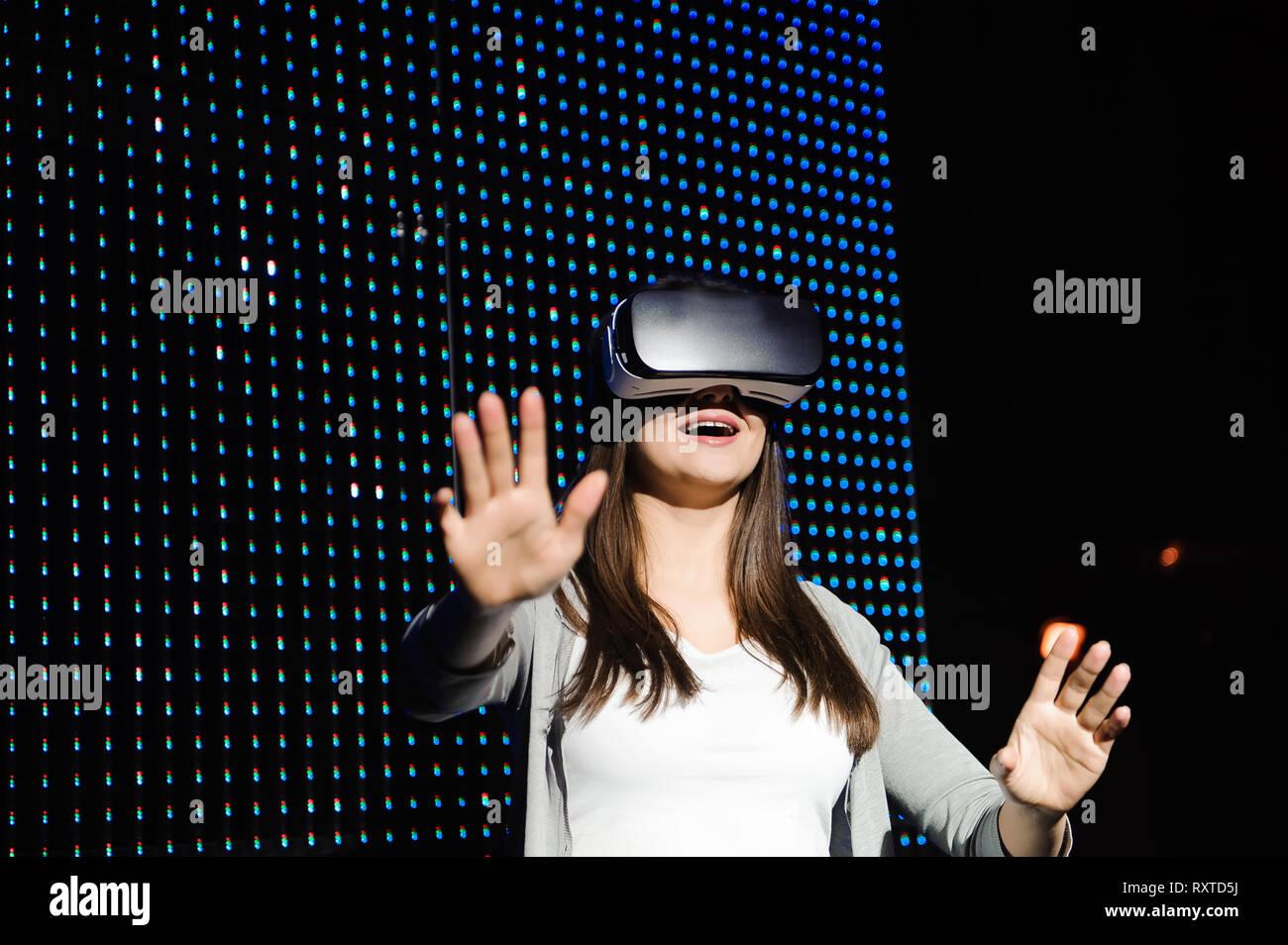 Jeune femme porter des lunettes numériques de la réalité virtuelle. Banque D'Images
