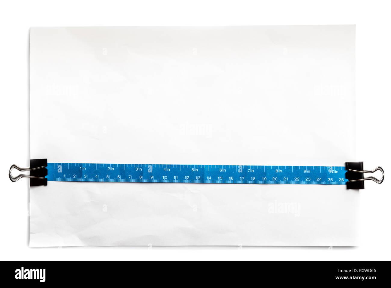 Ruban en papier simple et 81 cm centimètre, sur papier blanc de bureau standard. Utile pour afficher l'objet taille réelle. Photo Stock