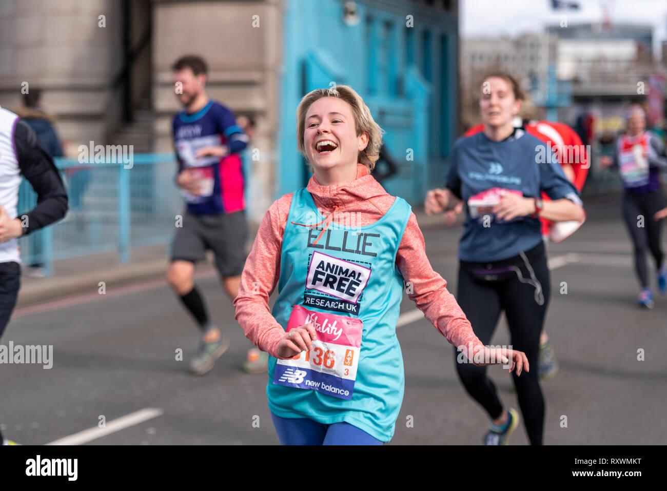 Ellie Hale s'exécutant dans la vitalité demi demi marathon traversant le Tower Bridge, Londres, Royaume-Uni. La recherche de l'animal la charité. Fun runner Banque D'Images