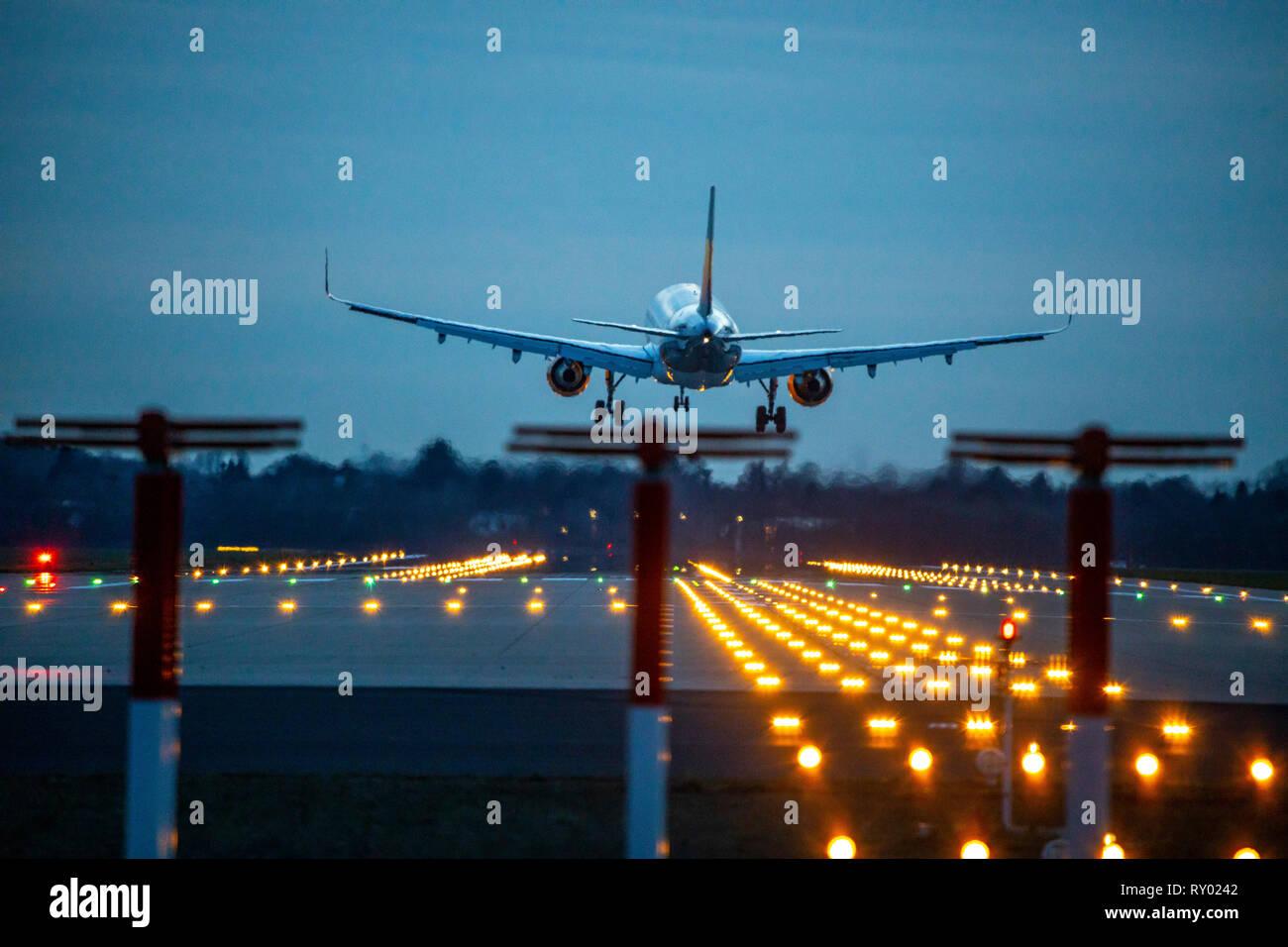 L'Aéroport International de Düsseldorf, DHS, avion atterrit sur la piste du nord, Allemagne, Banque D'Images