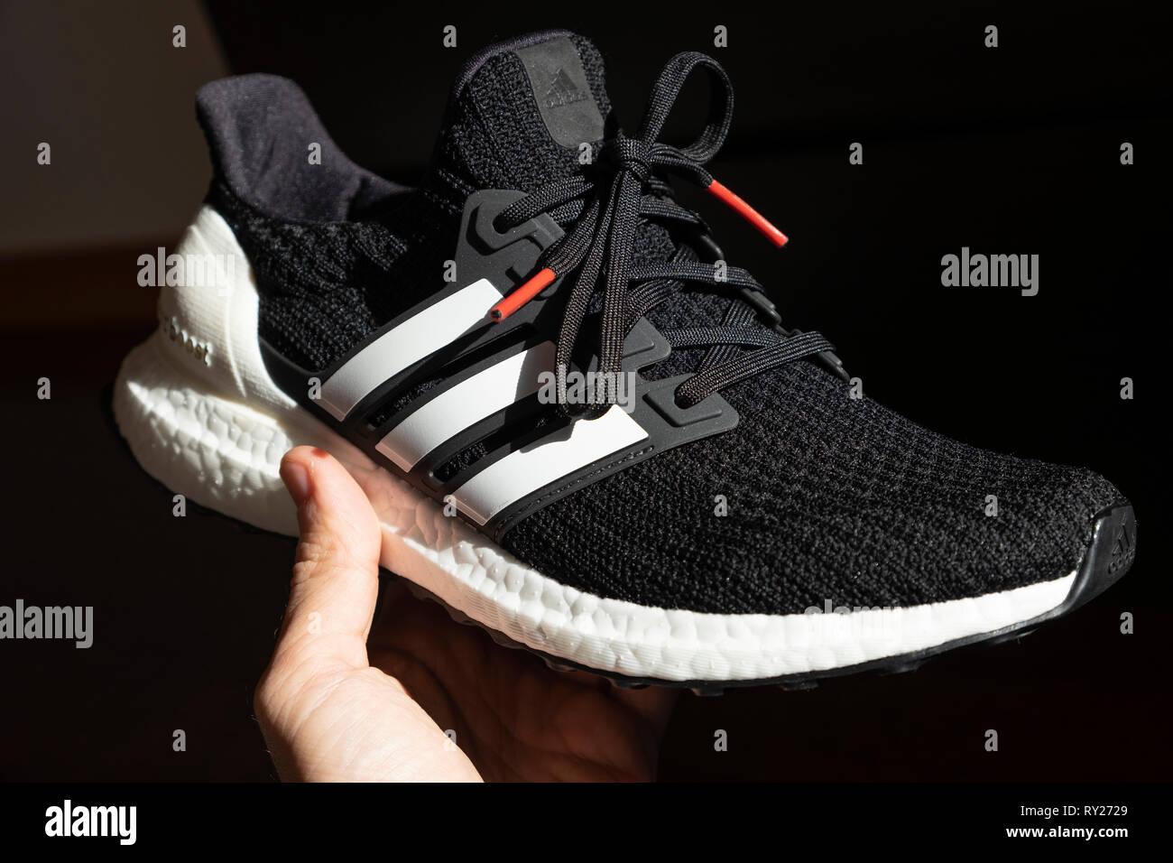 chaussures de séparation 15deb 4a2ec Personne titulaire d'un noir adidas chaussure de course ...