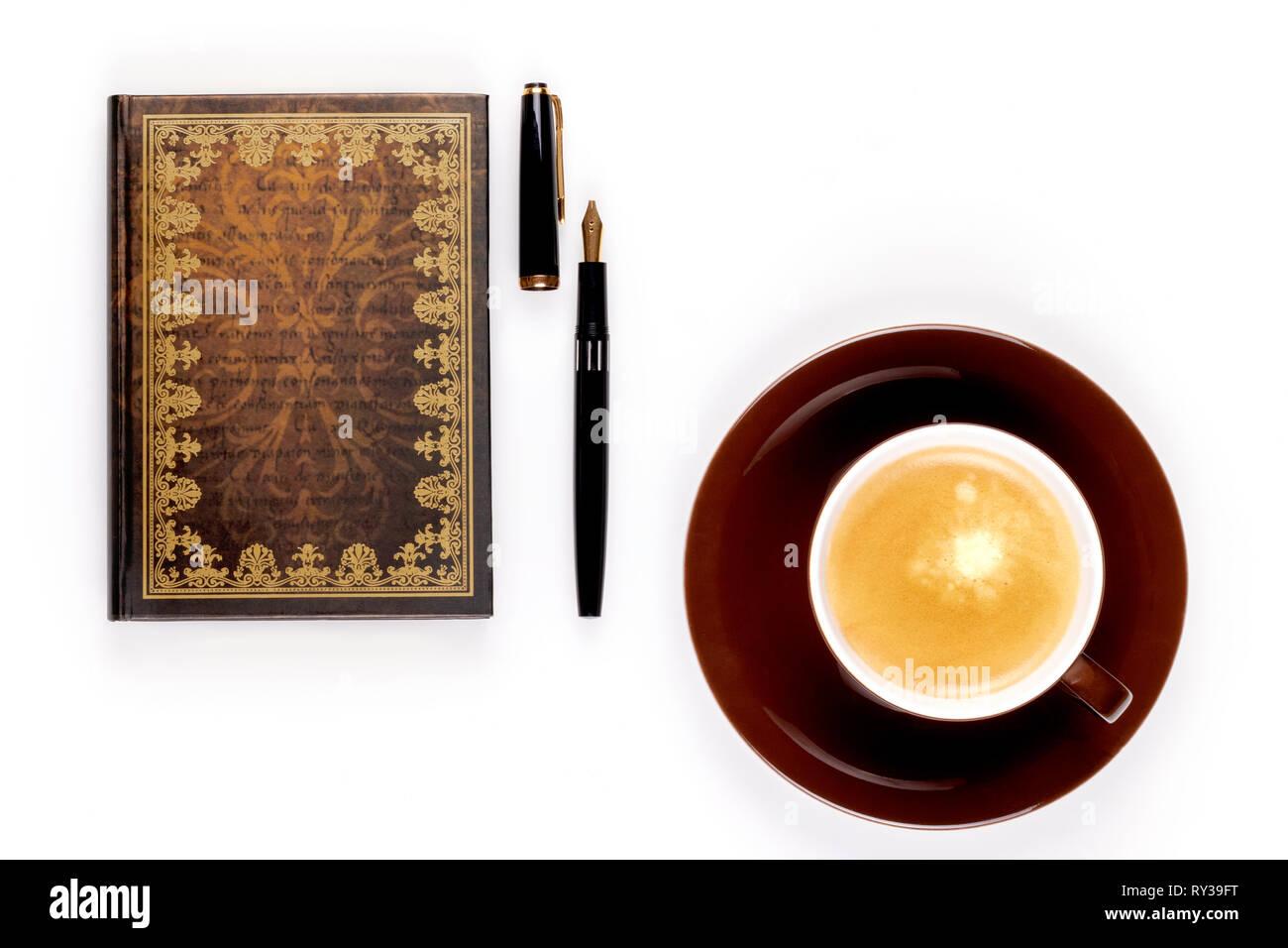 Photo gros plan de vieux portable avec un stylo à encre d'or et une tasse de café fort sur fond blanc. - Image Banque D'Images