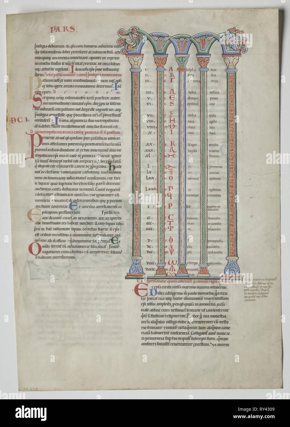 Une feuille d'un Decretum par Gratien: Chambre Double Arcade avec Concordance des alphabets latin et grec , ch. 1160-1165. France, Bourgogne, Archevêque de sens, l'abbaye de Pontigny, 12e siècle. Tempera et encre sur vélin; feuille: 44,8 x 32 cm (17 5/8 x 12 5/8 in.); pans: 63,5 x 48,3 cm (25 x 19 in.); enchevêtrées: 55,9 x 40,6 cm (22 x 16 in Banque D'Images