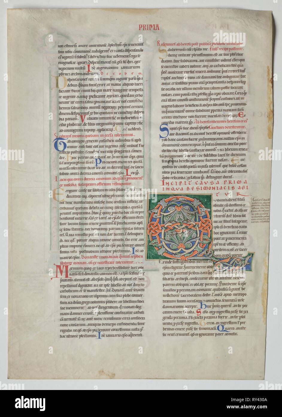 Une feuille d'un Decretum par Gratien: Initiale décorée Q[uidam obtulit habens filium] et Quadruple Arcade avec Concordance des alphabets latin et grec , ch. 1160-1165. France, Bourgogne, Archevêque de sens, l'abbaye de Pontigny, 12e siècle. Tempera et encre sur vélin; feuille: 44,8 x 32 cm (17 5/8 x 12 5/8 in.); pans: 63,5 x 48,3 cm (25 x 19 in.); enchevêtrées: 55,9 x 40,6 cm (22 x 16 in Banque D'Images