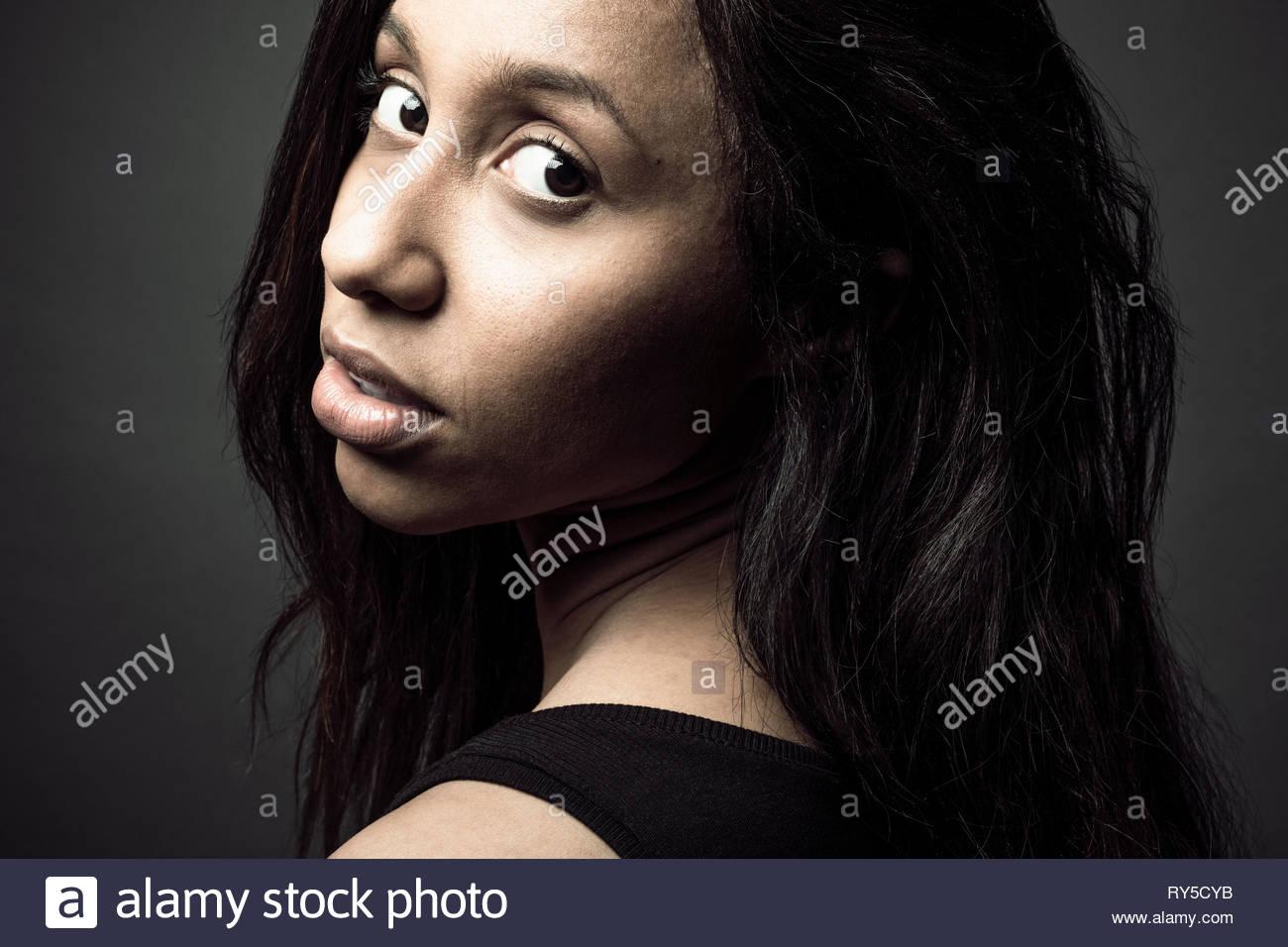 Portrait confiant belle femme jamaïcaine avec de longs cheveux noirs et les yeux bruns Photo Stock