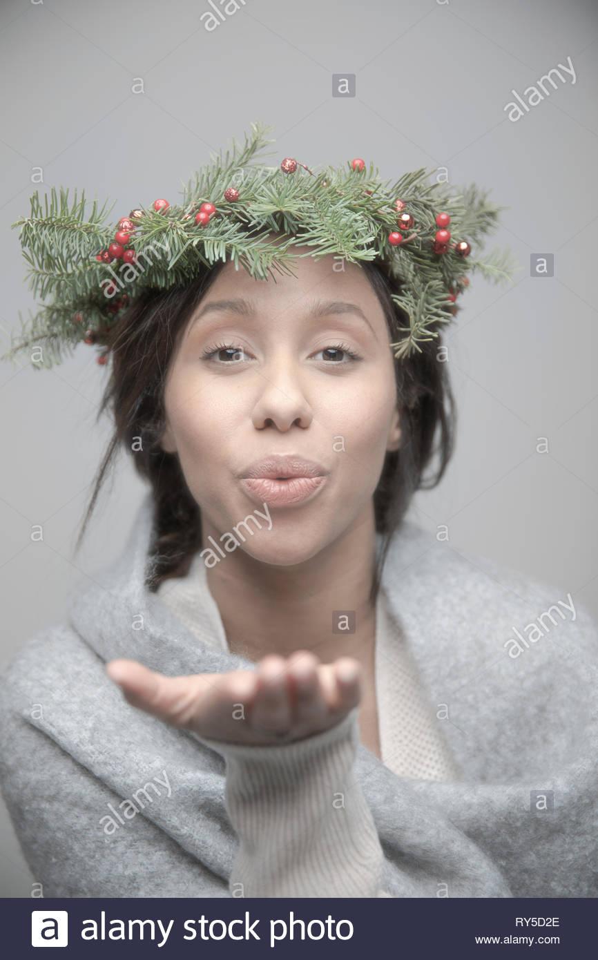 Beau Portrait jeune femme brune femme jamaïcaine portant couronne de Noël sur la tête et en soufflant un baiser Photo Stock