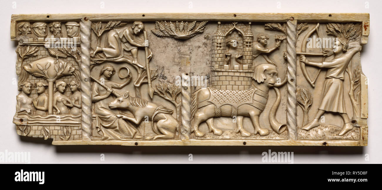 Bord d'un cercueil avec des scènes de romances courtoises, 1330-1350 ou plus tard. France, Lorraine?, la période gothique, 14ème siècle. L'ivoire; total: 9,8 x 25,9 x 1 cm (3 7/8 x 10 3/16 x 3/8 in. Photo Stock